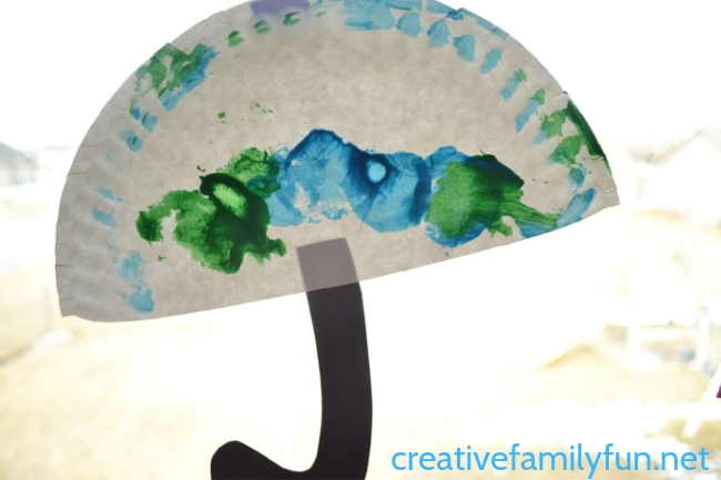 Preschoolers and toddlers will have so much fun making this simple paper plate umbrella craft that is perfect for a rainy day!